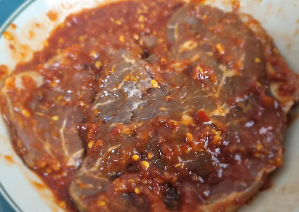 Round Steak Marinating in Garlic Chili Sauce